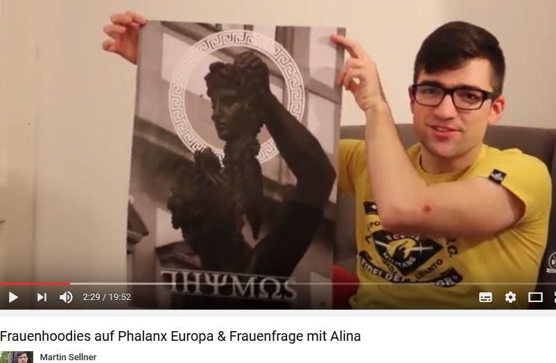 Sellner mit Thymos-Plakat